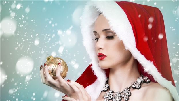 Beautiful-Christmas-girl-look-at-Christmas-ball-snow_5120x2880.jpg by mohsen dehbashi
