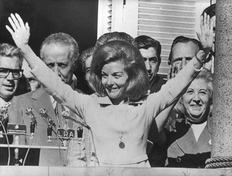 154961_844.jpg - ایزابل پرون در سال 1974 اولین رئيس جمهور زن آرژانتین شد. وی پس از مرگ شوهرش خوان پرون قدرت را تا سال 1976 در دست داشت ولی او در نهایت ابتدا عزل و سپس مورد تبعید نظامی قرار گرفت.