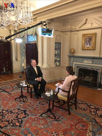 3237FE9B-6743-4678-A0EE-E1A76DBDAC88_w1023_s.jpg - عکسی از پشت صحنه گفتگوی اختصاصی مدیر بخش فارسی صدای آمریکا با مایک پمپئو، وزیر امور خارجهٔ ایالات متحده