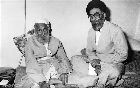 KHAMENEEE.jpg - پدرش سیدجواد خامنهای از علما و مجتهدان عصر خود بود که در نجف متولد شد و در کودکی همراه خانوادهاش به تبریز آمد.