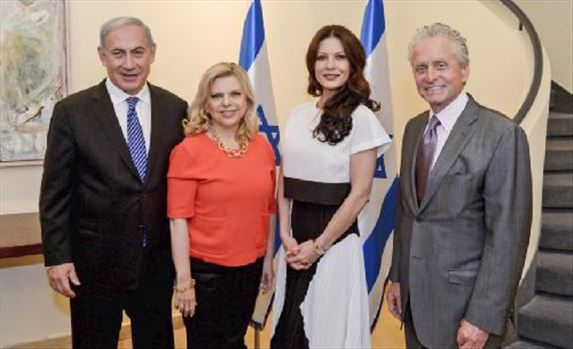 Michael-Douglas-et-sa-femme-Catherine-Zeta-Jones-entoures-du-Premier-ministre-israelien-Benjamin-Netanyahu-et-sa-femme-Sara_portrait_w858.jpg by mohsen dehbashi