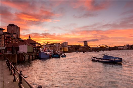 Sun sets over Sunderland by philreay