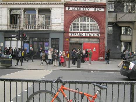Widows 22.jpg - Dolly escapes into Aldwych tube station: 171, The Strand, Westminster, London