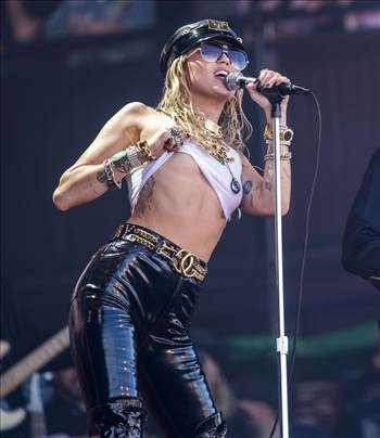 miley-cyrus-braless-on-the-pyramid-stage-at-glastonbury-festival-02.jpeg by Windy Miller
