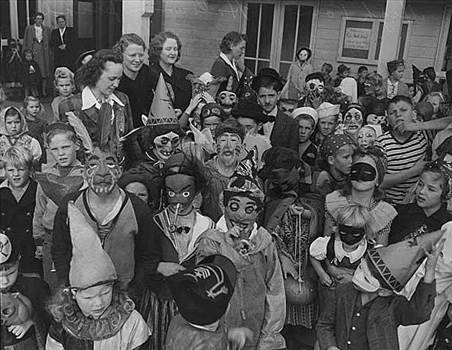 Halloween Children_in_Halloween_costumes_at_High_Point_Seattle_1943.jpg by RedMoon11